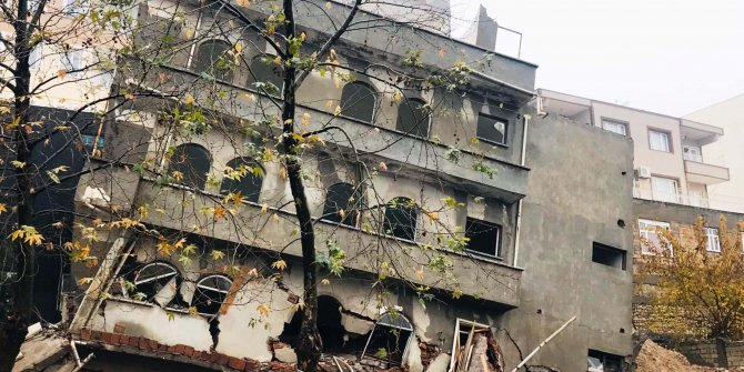Besni'de 4 katlı bina yağmur nedeniyle çöktü