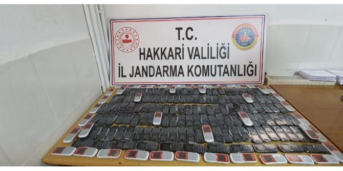 Derecik'te çok sayıda gümrük kaçağı cep telefonu ele geçirildi