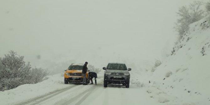 Bingöl'de kar yağışı nedeniyle araçlar mahsur kaldı