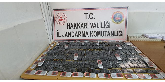 Derecik'te 270 kaçak cep telefonu ele geçirildi