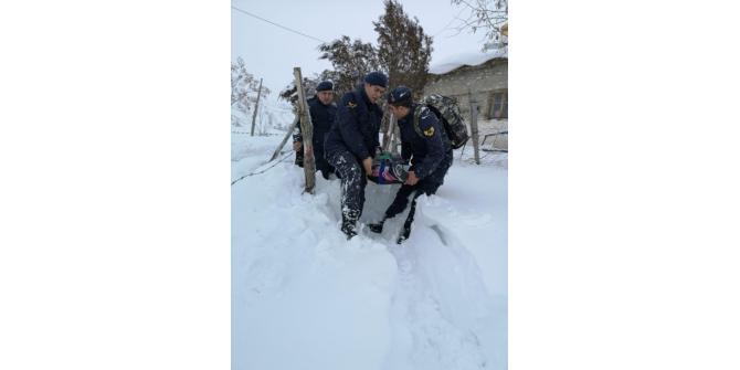 Jandarma ekipleri yoğun kar ve tipide rahatsızlanan vatandaşı 2 kilometre sedye ile taşıdı