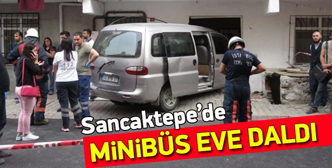 Sancaktepe'de minibüs eve daldı