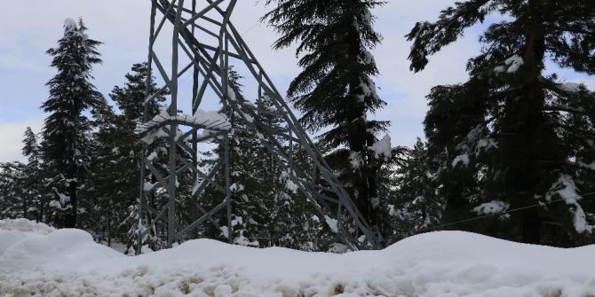 Pozantı'da yoğun kar yağışı elektrik direğini devirdi