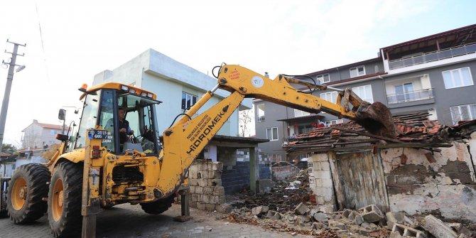 Pamukkale'de metruk bina yıkımları sürüyor