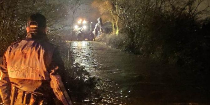 Sel sularının evleri basmasını belediye ekiplerini önledi