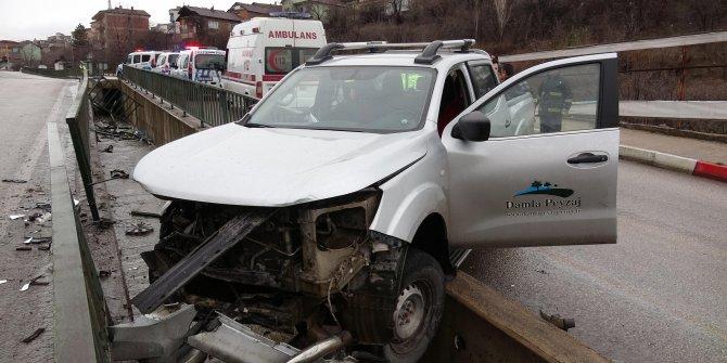 Korkuluklara çarpan kamyonet askıda kaldı: 2 yaralı