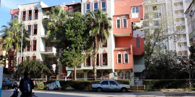 Alanya'da 4 katlı binanın 2 katı yıkıldı; baba ve oğlu kurtuldu