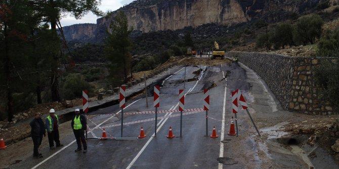 Mersin'de çökme meydana gelen yol, ulaşıma kapatıldı (4)