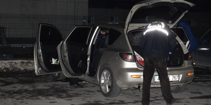 Seyir halindeki araçta silahla kazara kendini vurdu