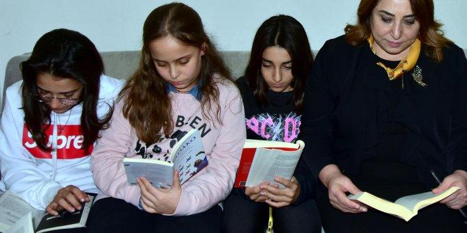 Televizyonu kapatıp, cep telefonlarını sessize alarak 63 dakika kitap okuyorlar