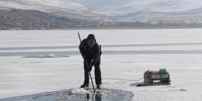 Çıldır Gölü'nde Eskimo usulü balık avlıyorlar