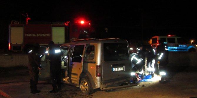 Hafif ticari araç yan yola uçtu, sürücü öldü