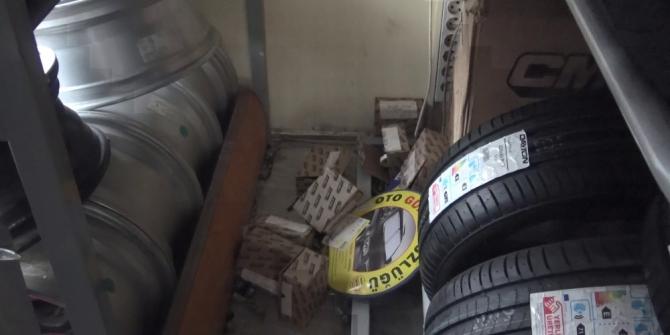 Hırsızların dakikalar içerisinde onlarca kış lastiği çaldığı anlar kamerada