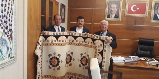 Genel Başkan Yardımcısı Hamza Dağ'a el dokuması halı hediye ettiler