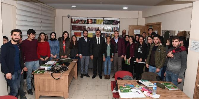 Başkan Asya'dan üniversiteye hazırlanan öğrencilere kaynak kitap desteği