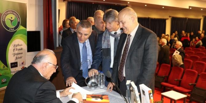 Ali Özveren, son kitabı 'Yol ve Yolcu'yu okurlar için imzaladı