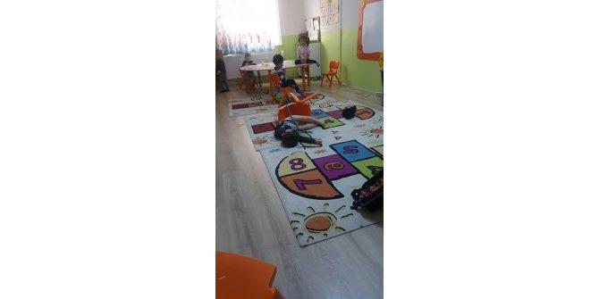 3,5 yaşındaki ikizleri, anaokulunda sandalyeye bağlamışlar