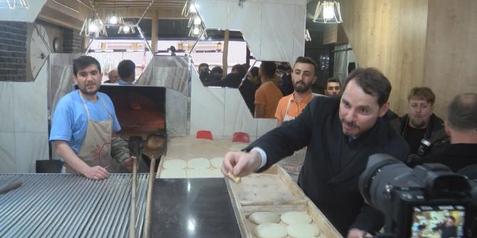 Bakan Albayrak kendisine ikram edilen pideyi gazetecilerle paylaştı