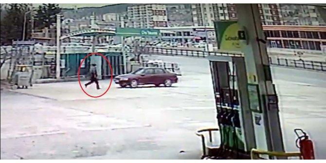 El freni çekilmeyen otomobil yola çıktı, sürücü peşinden koştu