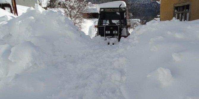 Domaniç'te dağ köyü 3 gün sonra kar esaretinden kurtarıldı