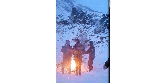 Ayılara yem bırakırken mahsur kalan ekip, ateş yakarak ısındı