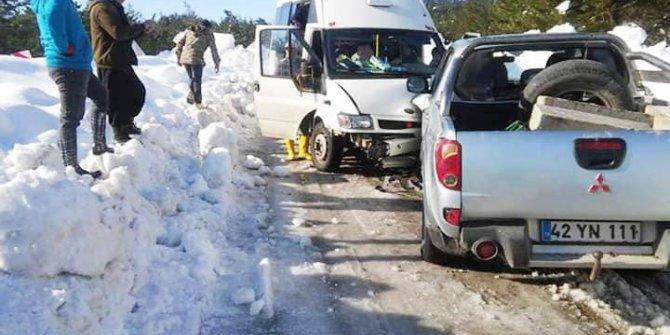 Servis minibüsü ile kamyonet çarpıştı: 6'sı öğretmen 8 yaralı