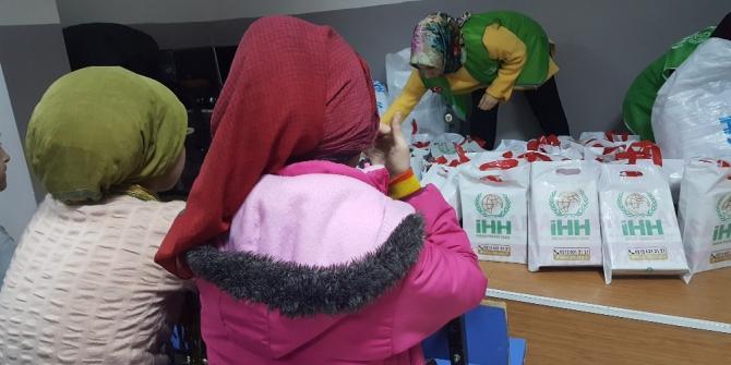 Arıcak'ta öğrencilere mont ve bot hediye edildi