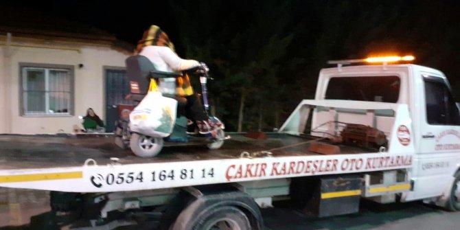 Akülü aracıyla yolda kalan engelli kadını çekici ile evine götürdü