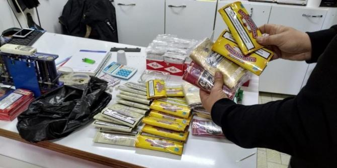 İzmir'de binlerce paket kaçak sigara ele geçirildi