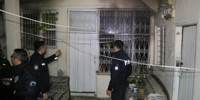 Evini yaktı, içeride elindeki bıçakla polis ve itfaiyenin girmesine engel oldu