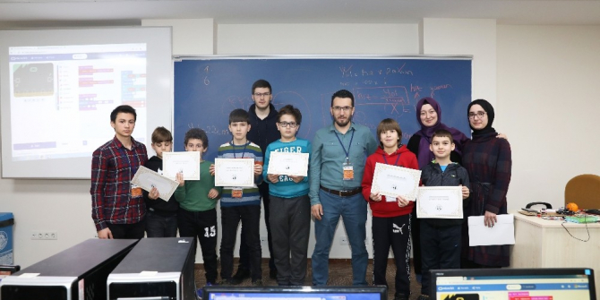 Robotik Kodlama öğrenen çocuklar sertifika sahibi oldu