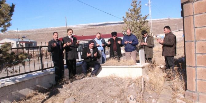 Aşık Yılmaz Şenlikoğlu mezarı başında anıldı