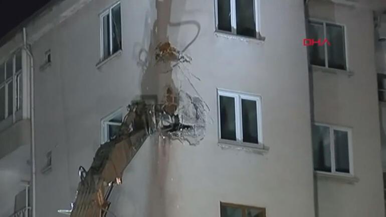 Elazığ'da boşaltılan riskli binanın yıkımına başlandı