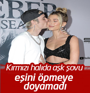 Justin Bieber kırmızı halıda eşini öpmelere doyamadı