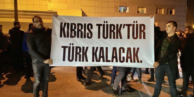 """Oktay, KKTC'de """"Kıbrıs Türk'tür Türk kalacak"""" pankartı ile karşılandı"""