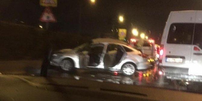 Park halindeki minibüse çarpan otomobilin sürücüsü öldü