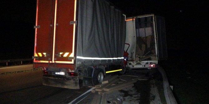 Yolda kalan arkadaşına yardım ederken kamyonetin altında kaldılar: 1 ölü, 4 yaralı