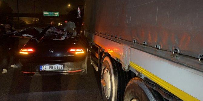 Otomobil tır'a çarptı: 1'i ağır 2 yaralı