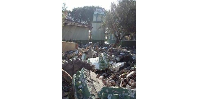 Depremde hasar gören caminin minaresi ekipler tarafından yıkıldı