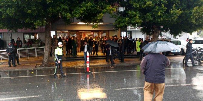 İntiharı önlemek isteyen polis bıçaklandı