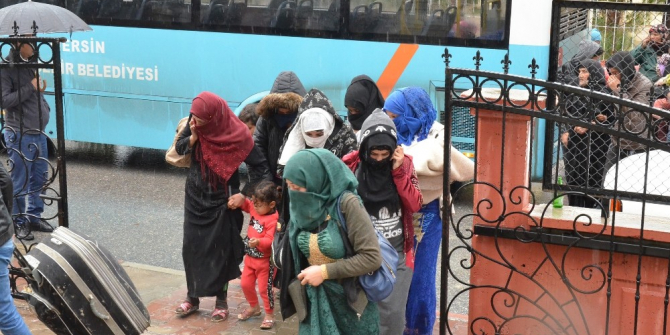 Tarsus'ta çadırları sular altında kalan tarım işçileri tahliye edildi