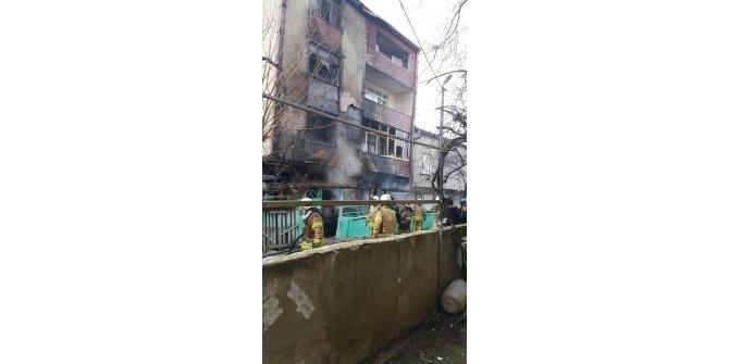 Sultangazi'de yangın paniği: Mahsur kalanları itfaiye kurtardı