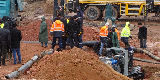 Çatlak oluşan barajda su tahliye çalışmaları devam ediyor