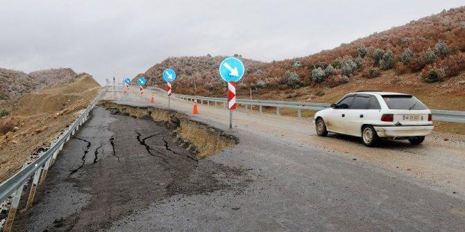 Sandıklı- Uşak yolunda 50 metrelik çukur oluştu