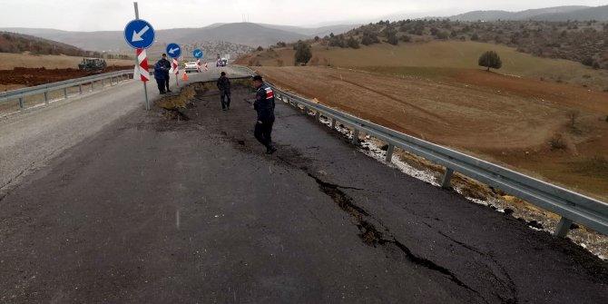 Sandıklı- Uşak yolunda 50 metrelik çukur oluştu (2)