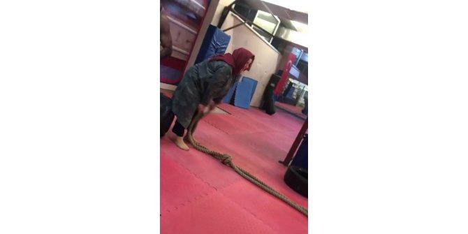 Torunu için geldiği salonda muay thai sporuna başladı