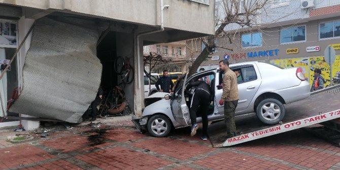 Otomobil iş yerine girdi; sürücü öldü