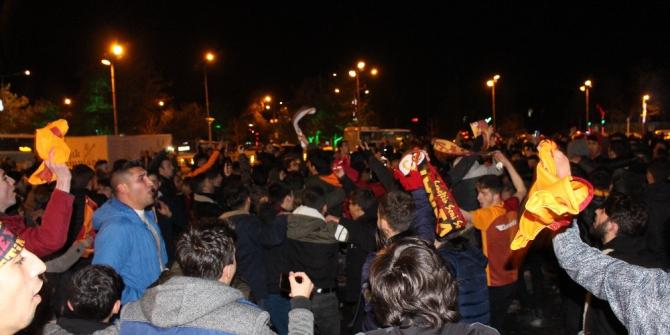 Erzurum'da Galatasaraylı taraftarlar, Kadıköy galibiyetini coşkuyla kutladı