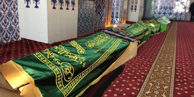 Depremde hayatını kaybeden 9 kişinin cenazeleri camiye getirildi