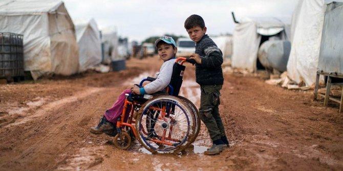 Engelli Osman, çadır kampında çocukluğunu yaşamaya çalışıyor